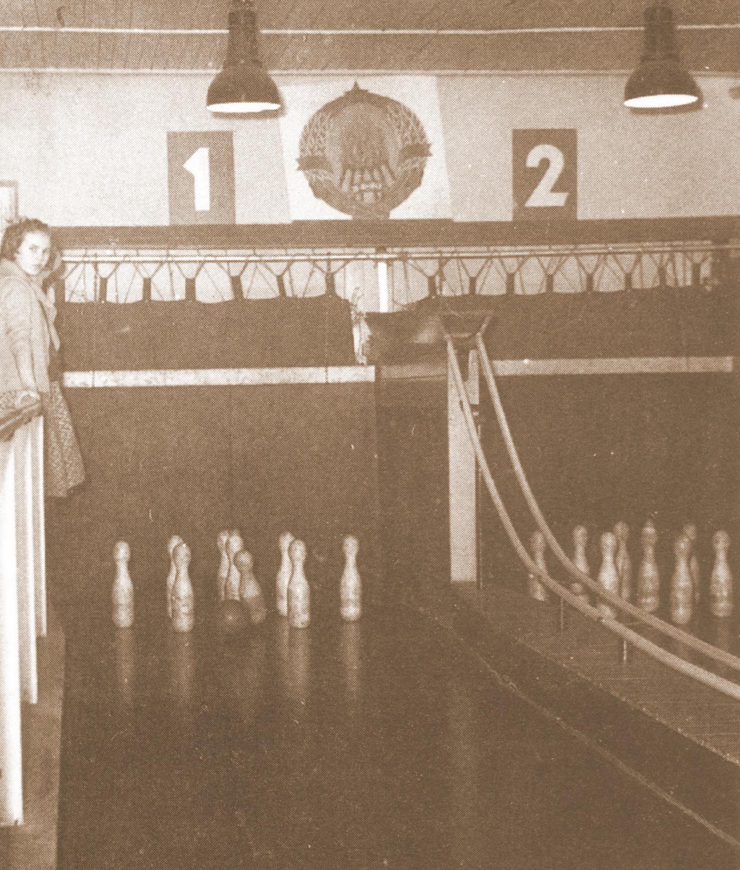 Postavljačica kegljev, 1956